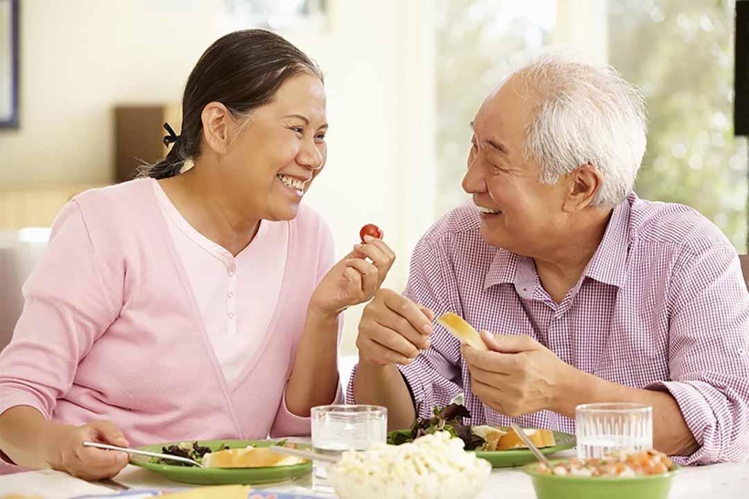 Một chế độ dinh dưỡng phù hợp giúp người cao tuổi bảo vệ xương khớp khỏe mạnh