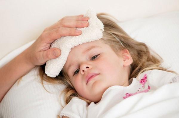 Hệ miễn dịch yếu khiến trẻ dễ bị các tác nhân gây bệnh tấn công