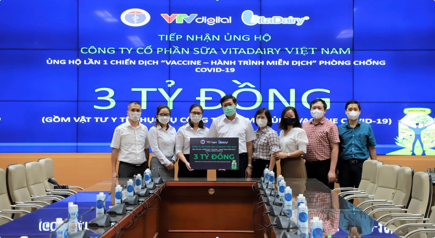 Đại diện Công ty Sữa VitaDairy trao tặng cho Bộ Y tế 3 tỷ đồng